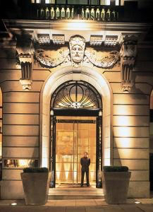 https://questhotels.co.uk/wp-content/uploads/2018/09/One-Aldwych-Night-Front-Door.jpg